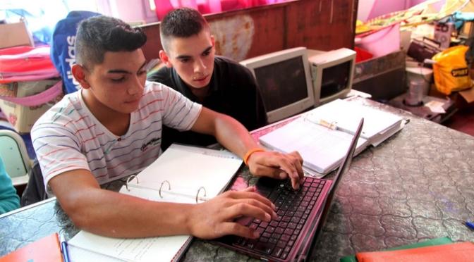 Adolescentes: se consideran expertos en tecnología, pero no saben cómo funciona una computadora