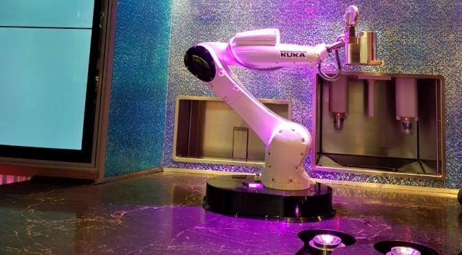 Kuka, el robot bartender que atiende en Las Vegas