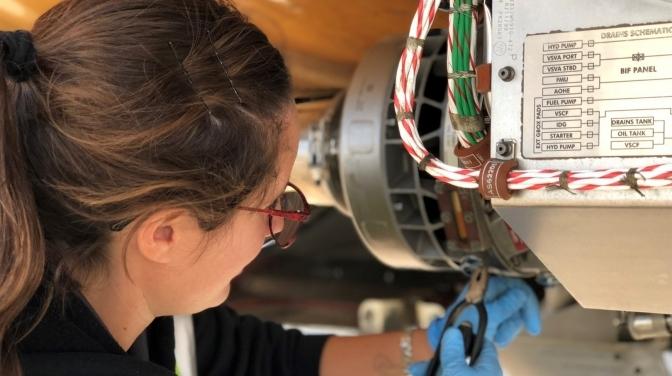 Así trabaja Emilia, la única mecánica argentina autorizada por la Administración Federal de Aviación de Estados Unidos